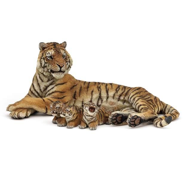 Liegende Tigerin mit Babies